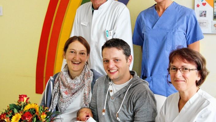 Die kleine Paula im Mittelpunkt: Chefarzt Dr. Martin Heindl, Hebamme Marianne Wittmann (stehend) und Kinderkrankenschwester Marianne Anzenberger freuen sich mit den Eltern und wünschen für die Zukunft alles Gute.