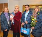 Oberbürgermeisterin Gabriele Bauer überreichte zusammen mit Marianne Guggenbichler, Geschäftsführerin vom Kinderschutzbund Rosenheim, die 200. Willkommenstasche an Familie Jahn.