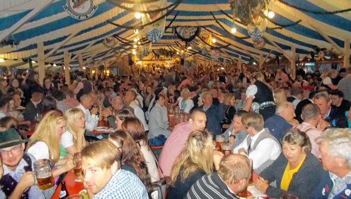 Bereits am ersten Abend war das Festzelt in Bad Aibling bis auf den letzten Platz besetzt. Fotos: Hecht