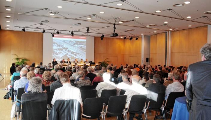 Unter Leitung von Moderatorin Gabriele Heller fand im KU'KO die knapp dreistündige, kontroverse Diskussion geordnet und fair statt. Foto: Petra Maier