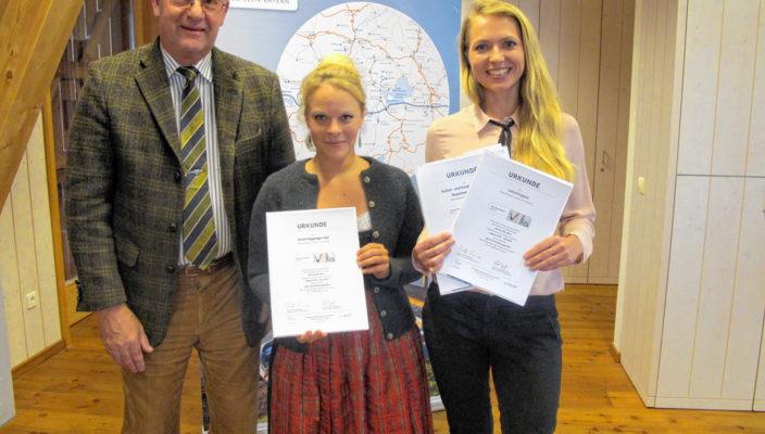Landrat Wolfgang Berthaler, Julia Weileder vom Hotel Happinger Hof, der ebenfalls ausgezeichnet wurde, und Arina Schaller, Touristinfo Rosenheim.