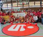 Der Pokalgewinner Wasserburg mit den mitgereisten Fans des Fanclubs Wasserburger Lions bei der Siegesfeier in Keltern. Foto: Goike