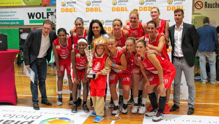 Die Wasserburger Basketball-Damen mit dem Maskottchen Leo, der die Siegertrophäe in den Händen hält, die am Samstag ausgespielt wurde. Foto: Goike