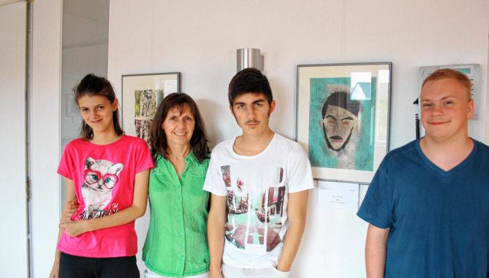 Stellen im Mehrgenerationenhaus aus: Schüler der Berufsschulstufe der Philipp-Neri-Schule mit ihrer Lehrkraft Hedi Bartle, Zweite von links.