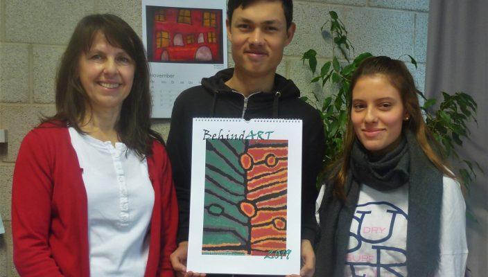 Hedi Bartle und zwei ihrer Schüler päsentieren den neuen Kalender. Foto: re