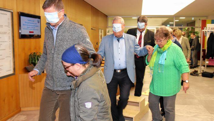 Ein Hindernisparcours mit verbundenen Augen. Viele Bürgermeister und Behindertenbeauftragte stellten sich der Herausforderung vor der Sitzung.