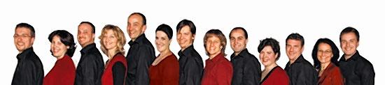 """""""Bella Voce"""" – das sind zwölf Sänger und Sängerinnen, ein Pianist und ein Percussionist unter der Leitung von Markus Kotschenreuther."""