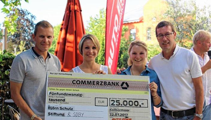 Von links: Tobias Angerer, Magdalena Neuner, Miriam Gössner mit Willi Bonke vom Autohaus Eder. Foto: Björn Schulz Stiftung/Schmieder