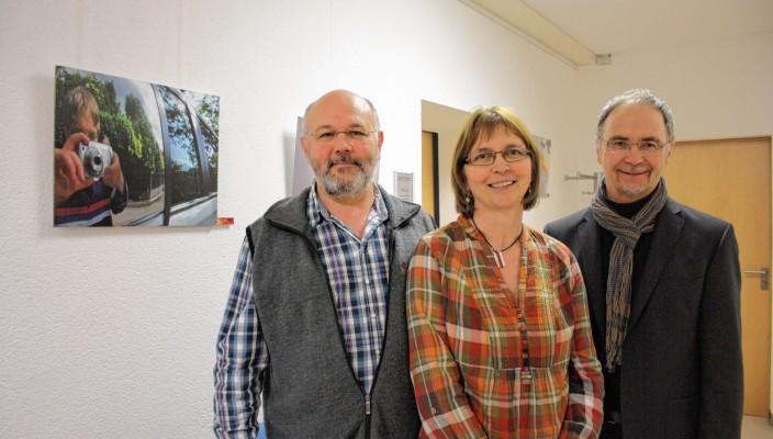 Benjamins Eltern und Wolfgang Tauber, Leiter des Staatlichen Schulamtes Rosenheim (rechts), vor einem Selbstbildnis von Benni.