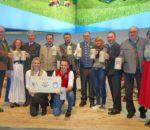 Sie warben für den Genussstandort Rosenheim in Berlin (stehend von links): Roland Bräger (Maxlrain), Christina Pfaffinger (TV Chiemsee-Alpenland), Felix Schwaller (Verbands-Vorsitzender Chiemsee-Alpenland), Josef Kronast (Maxlrain), Marco Steinacher (Auerbräu), Peter Schrödl (Entenwirt), Marisa Steegmüller (Flötzinger), Andreas Maier (Auerbräu), Franz Amberger (Flötzinger) und Monika Schimanski (Gäste-Information Samerberg). Vorne: Veronika Schrödl-Pavlovic und Manuel Pavlovic (Entenwirt). Foto: hö