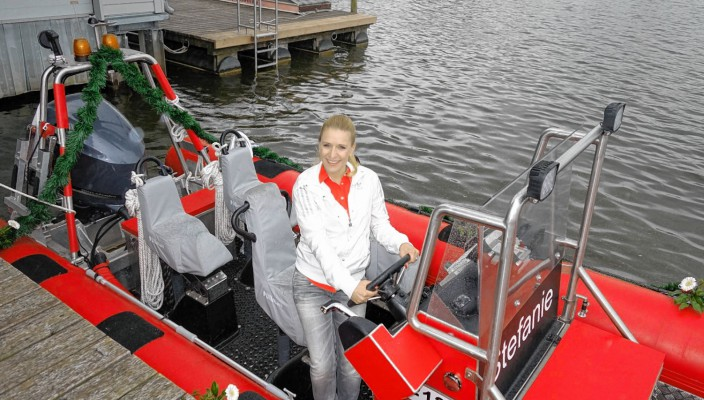 Stefanie Hertel am Ruder des neuen Rettungsbootes der Wasserwacht. Foto: hö