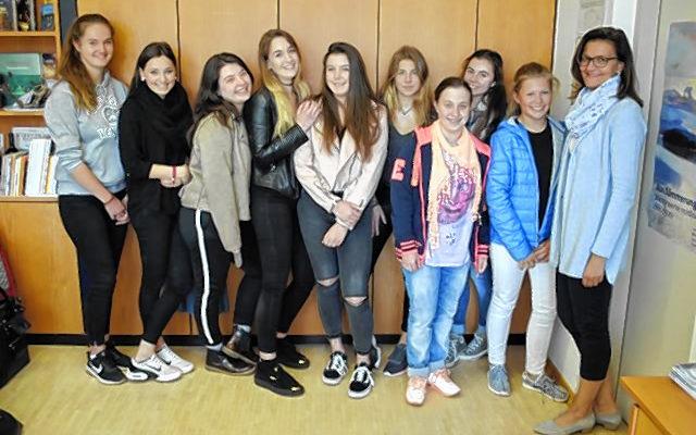 Die Schülerinnen mit Coach Nadja Satzger (rechts).