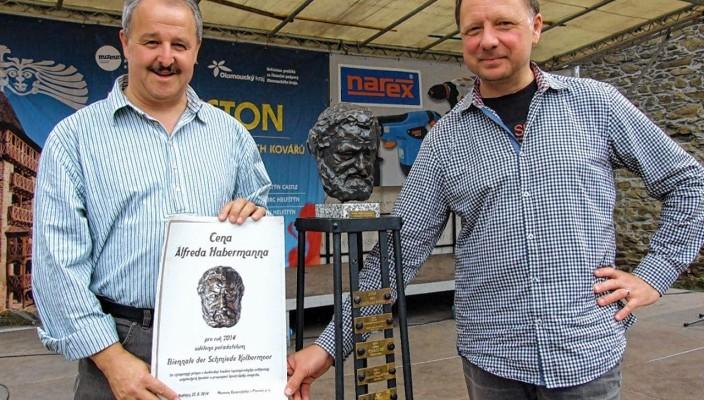 Erster Bürgermeister Peter Kloo und Christian Poitsch vom Stadtmarketing zeigen stolz die Urkunde.