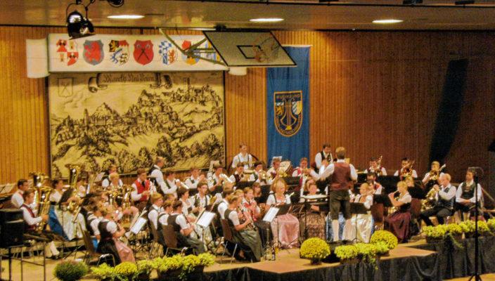 160 Musikanten gestalten das Konzert in der Beurer Halle.
