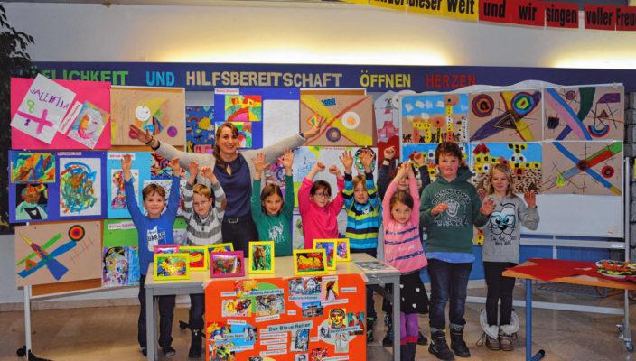 Die kleinen Kunstexperten präsentieren stolz ihre Werke.