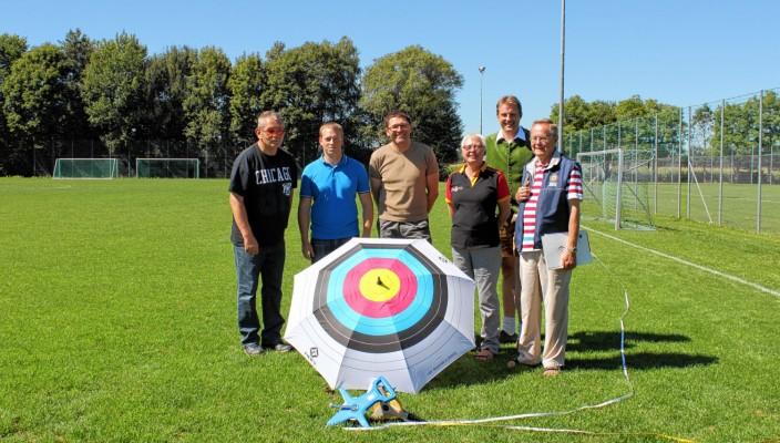 Von links: Martin Winkler (Jugendtrainer), Florian Mühlbauer (2. Vorstand), Peter Gulden (1. Vorstand), Herta Burkhardt (DSB), Georg Holzner (Sportleiter), Klaus Lindau (Bogenreferent des DSB).