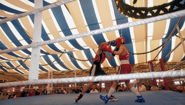 """Der Rosenheimer Fighter (links) punktete letztes Jahr mit klassischen """"Jab"""" gegen einen österreichischen Boxer."""