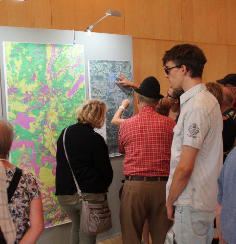 Großes Interesse fanden die vielen Schautafeln, die die DB Netz AG beim Infotag im Rosenheimer KUKO aufstellte. Foto: Goike