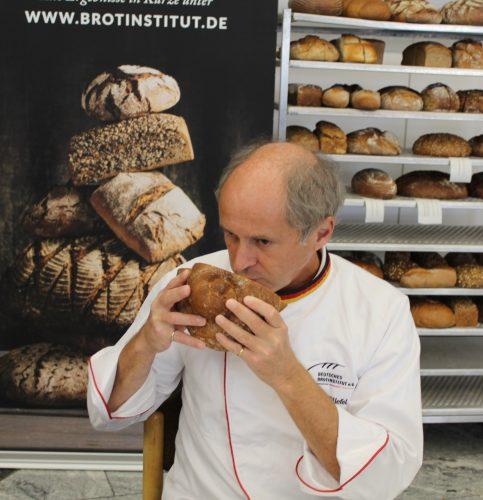 Brotprüfer Manfred Stiefel in Aktion. Foto: Wunsam