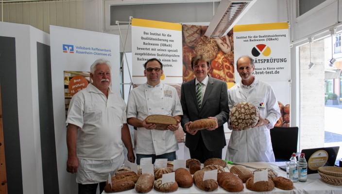 Freuen sich über die gute Qualität der Brote (von links): Hubert Steffl, Obermeister der Bäckerinnung in Rosenheim, Vorstandsvorsitzender Hubert Kamml von der Raiffeisenbank, stellvertretender Innungsobermeister Michael Deinhart und Qualitätsprüfer Manfred Stiefel.