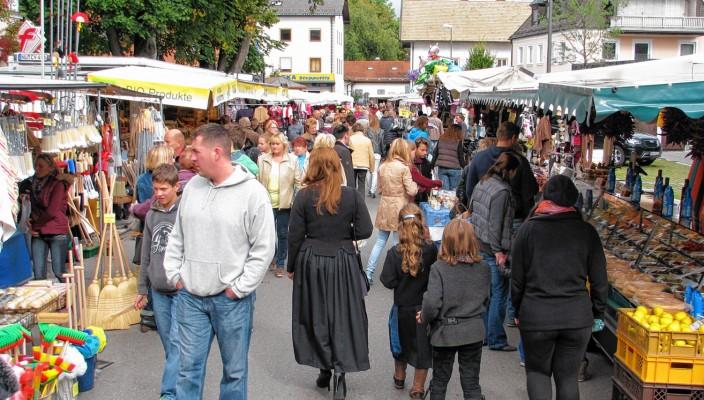 Rund um den Bahnhofsplatz erwartet die Besucher ein großes Angebot beim Michaelimarkt. Foto: Baumann
