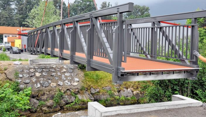 """Die neue Brücke über den Grießenbach. Im Hintergrund ist das Flintsbacher Gewerbegebiet """"Am Grießenbach"""" zu sehen. Foto: J. Weiß"""