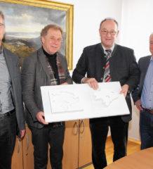 Die Jury hat entschieden (von links): Abteilungsleiter Hoch- und Tiefbau Gerhard Kippes, Steinbildhauer Tony Stegmayer, Landrat Wolfgang Berthaler und Kulturreferent Christoph Maier-Gehring.