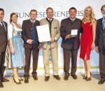 Bundesehrenpreis für Auerbräu: Ministerialdirigent Dr. Theodor Seegers (BMEL, 2.v.r.) überreicht zusammen mit DLG-Vizepräsident Prof. Dr. Achim Stiebing (l.) sowie in Anwesenheit der Bayerischen Milchkönigin Tina-Christin Rüger (3.v.l.) und der Hallertauer Hopfenkönigin Regina Obster (r.) sowie der neuen Bierbotschafter Sonya Kraus (3.v.r.) und Cem Özdemir (2.v.l.) die Medaillen und Urkunden an Thomas Frank, Ferdinand Steinacher und Karl-Heinz Silichner. Foto: DLG