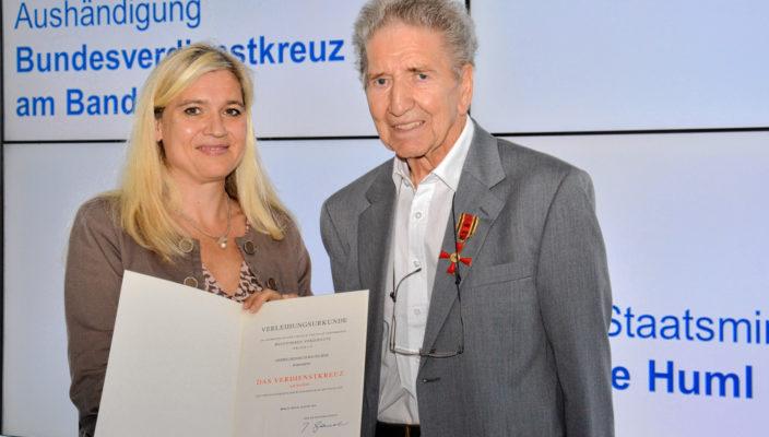 Melanie Huml mit dem Preisträger Heinrich Bauhuber.