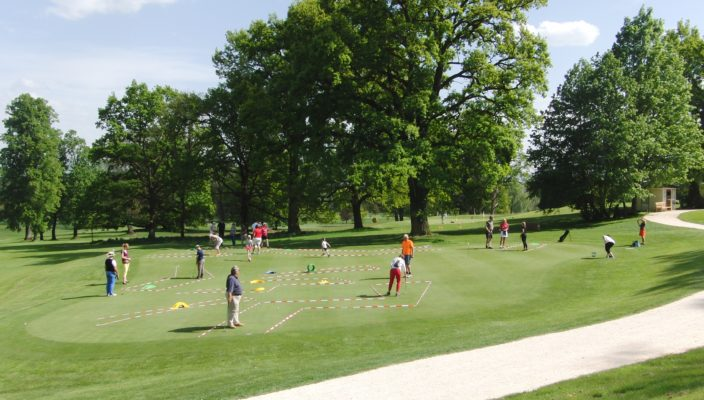 Erfahrene Golftrainer erklären die Grundlagen des Sports.