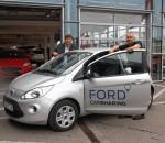 Verkaufsleiter Peter Grubauer (links) und der technische Serviceleiter von Auto Eder, Werner Zink, mit dem kleinsten Auto aus der Carsharing-Flotte in Rosenheim. Foto: Maier