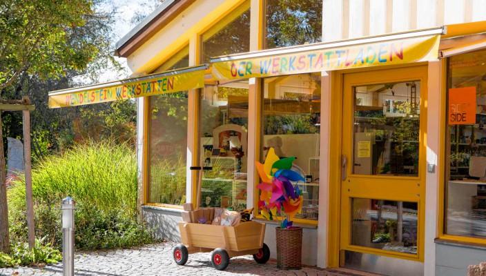 Der Werkstattladen hat beim Sommerfest geöffnet.