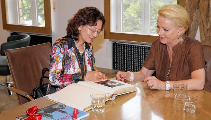 Mao Jingqiu und Gabriele Bauer trafen sich zum Gedankenaustausch. Foto: Ken Liu