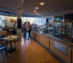 Als Treffpunkt für Besucher, Patienten und Mitarbeitende ist das Café im Klinikum sehr beliebt.