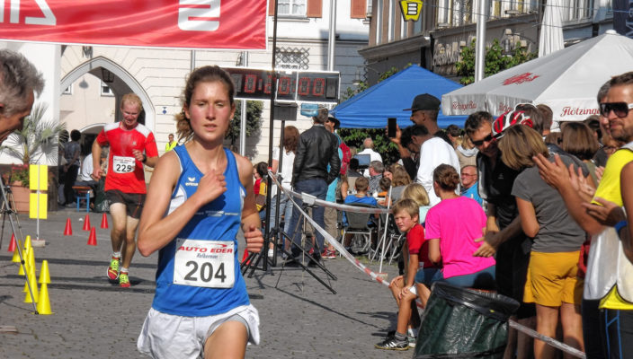 Mit der Startnummer 204, die Citylauf-Siegerin und Stadtmeisterin Lena Barth vom PTSV Rosenheim. Fotos: Kiefl