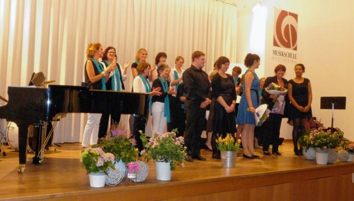 Monika Reif mit ihrem Frauenchor und jungen Instrumentalisten schenkten dem Frauen- und Mädchennotruf Rosenheim ein Benefizkonzert.