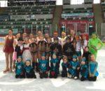 Bietet ihr ganzes Können im Rahmen des Schaulaufens: Die Eiskunstlaufabteilung des SV Pang, auf dem Bild verstärkt mit zwei kleinen Starbulls.