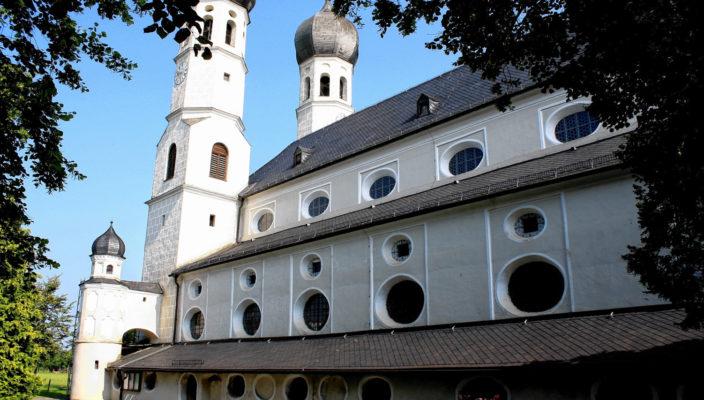 Basilika Weihenlinden: Schon in den frühesten Abbildungen der Wallfahrtskirche Weihenlinden ist die Anlage einer Lindenallee erkennbar. Der Ort wird seinem Namen bis heute gerecht.