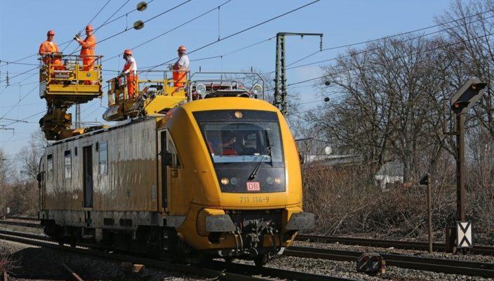 Die Deutsche Bahn montiert rund 26 Kilometer neues Tragseil und neuen Fahrdraht. Foto: Deutsche Bahn AG