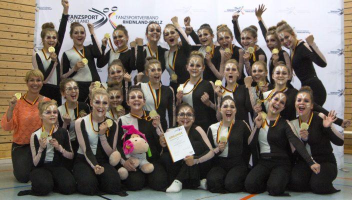 So sehen Siegerinnen aus! Die jungen Tänzerinnen aus Prien und ihre Lehrerin freuten sich über die Auszeichnung.