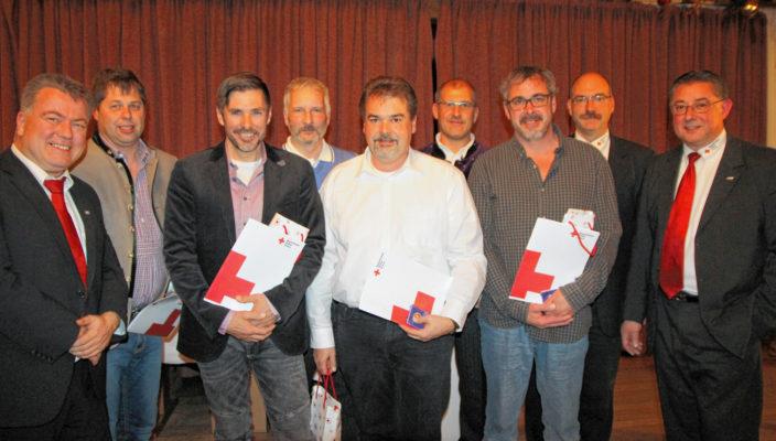 Das Foto zeigt die anwesenden Jubilare sowie Martin Schmidt, links, Thomas Neugebauer und Stefan Müller, Erster und Zweiter von rechts. Foto: re
