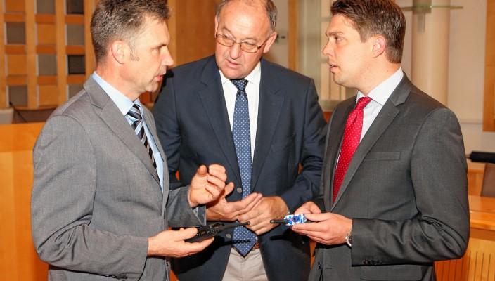Franz Ketzer (links) zeigt den Landräten Wolfgang Berthaler und Siegfried Walch (rechts) die neuen Geräte.