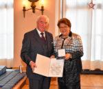 Adolf Dinglreiter erhielt aus den Händen von Landtagspräsidentin Barbara Stamm die hohe Auszeichnung.
