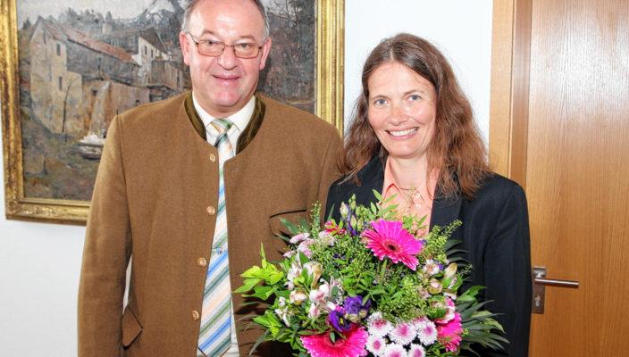 Mit den besten Wünschen verabschiedete Landrat Wolfgang Berthaler Dr. Ute Schinner-Stör.
