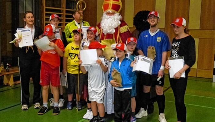 Die jungen Sportler freuten sich riesig über den Besuch vom EMFV-Nikolaus und seinem Krampus.