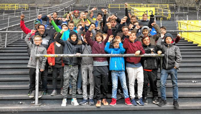 Die glücklichen ESV-Junioren in der bekannten Südkurve des Dortmunder Stadions.
