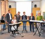 Als Dankeschön für die Spende gaben die jungen Kursteilnehmer und Lehrer Gunter Sotier (links) Musikschulleiter Günther Obermeier (2. von links), den Spendenüberbringern Martin Schwegler und Alexandra Frank eine Kostprobe ihres selbst komponierten Dance-Stücks.