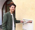 """""""Passt!"""": Beim Besuch im echo in der Rosenheimer Hafnerstraße probierte Leon Etemi natürlich auch den echo-Briefkasten aus."""