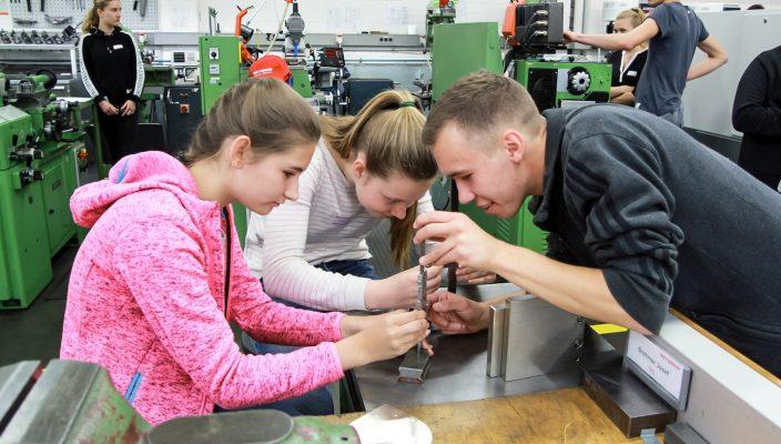 Den Schülerinnen machte der Ausflug in die Welt der Technik bei der Firma Kathrein sichtlich Spaß. Foto: re