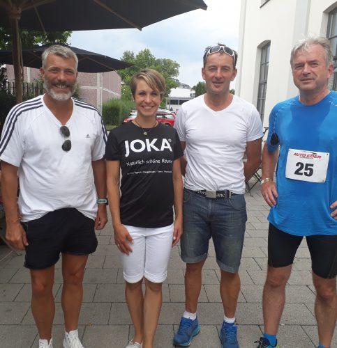 Von links: Strahlende Gesichter beim echo-Team mit der Schirmherrin des Triathlons, von links: Thomas Kleinhans, Magdalena Neuner, Georg Süssmann und Helmut Cybulska.